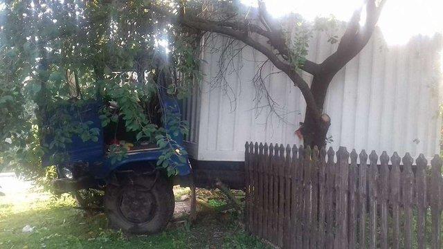На Львівщині п'яний водій вантажівки збив велосипедиста, при втечі в'їхав в огорожу і відбійник