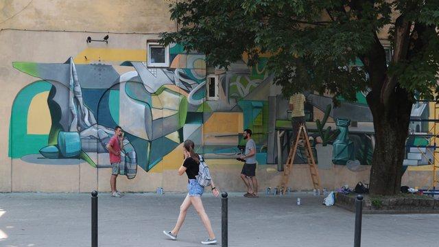 На трамвайній зупинці в центрі Львова з'явився новий мурал