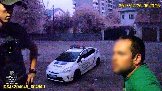 П'яний депутат в Івано-Франківську обзивав патрульних «мусарами» та співав пісень УПА