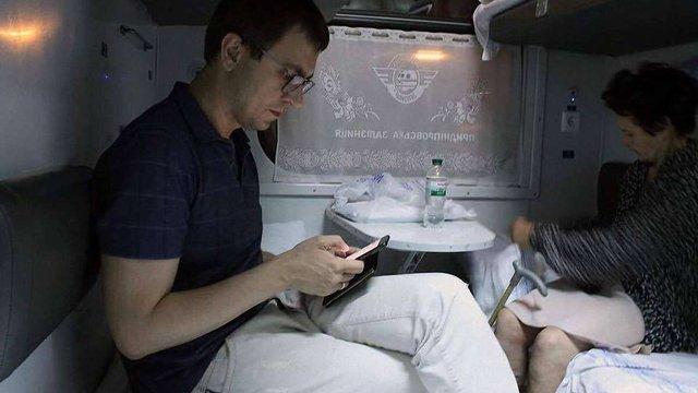 Омелян перевірив якість залізничних перевезень, проїхавшись у плацкартному вагоні