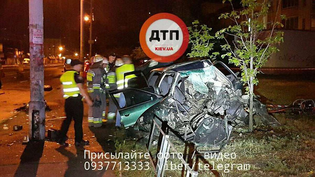 У Києві авто в'їхало у стовп, загинуло двоє людей