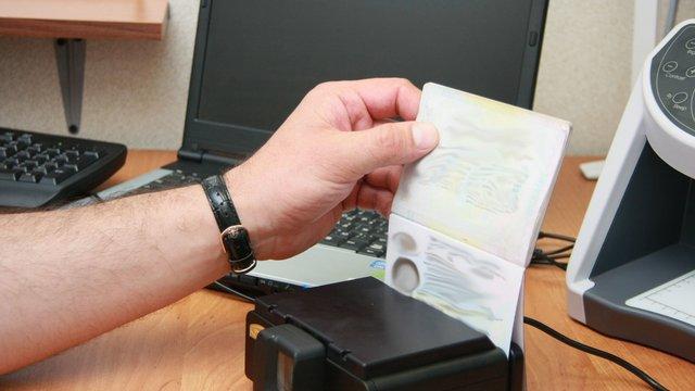 На Львівщині жінка намагалася вивезти дитину за кордон за підробленими документами