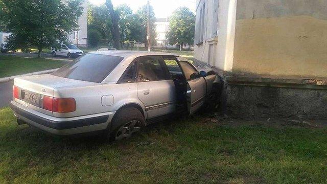 У Червонограді автомобіль в'їхав у будинок
