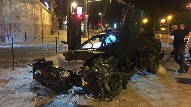 Уночі в центрі Львова внаслідок ДТП автомобіль вилетів на тротуар