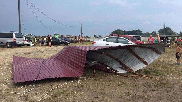 Негода на Львівщині пошкодила дахи трьох приватних будинків та магазину