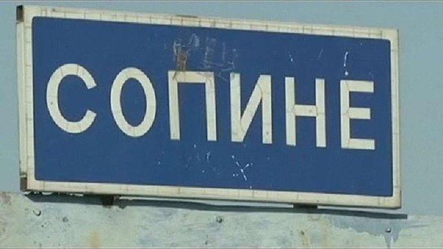 Жителі села під Маріуполем засипали бліндаж, викопаний бійцями ЗСУ