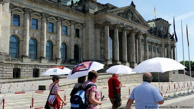 Китайських туристів оштрафували на €500 за нацистські вітання перед Рейхстагом