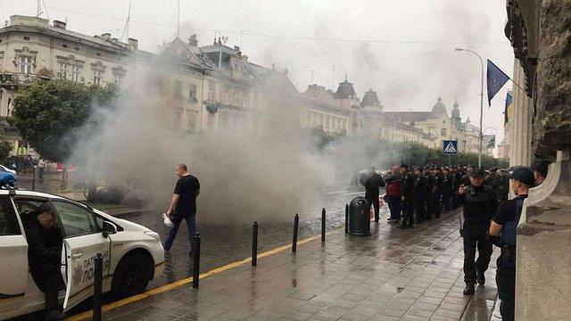 У Львові активісти «Національного корпусу»  пікетували прокуратуру і поліцію