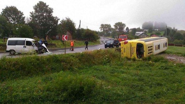 На трасі Київ-Чоп в аварії з туристичним автобусом загинула людина, семеро в лікарні