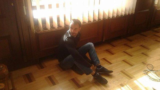 В Івано-Франківську депутат прикував себе кайданками у кабінеті міського голови