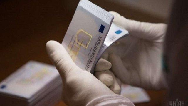Восени в Україні почнуть видавати ID-паспорти із вбудованим цифровим підписом