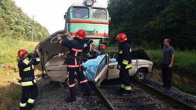 На Прикарпатті потяг збив легкове авто на переїзді, чотири людини загинули