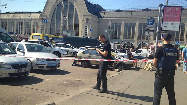 Біля залізничного вокзалу у Києві невідомі відкрили стрілянину, є поранені