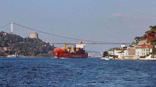 Туреччина тимчасово закрила для кораблів протоку Босфор