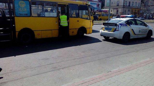 На зупинці біля Привокзального ринку літня пасажирка маршрутки зламала руку