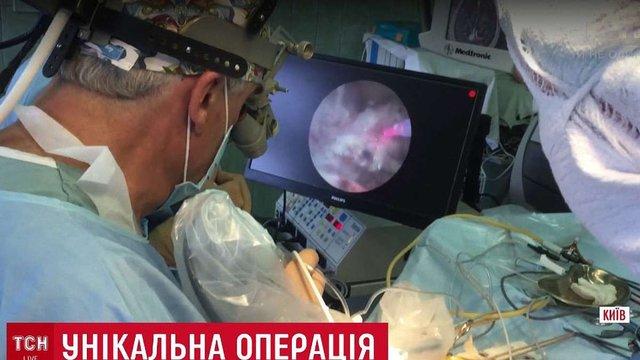 Українські хірурги провели унікальну операцію з видалення пухлини мозку