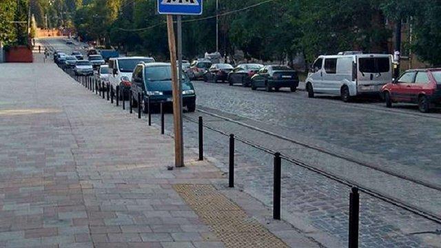 Біля Марсового поля у Львові встановили обмежувальні стовпчики
