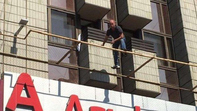 У Києві чоловік погрожував вистрибнути з 3-го поверху і вимагав консула РФ