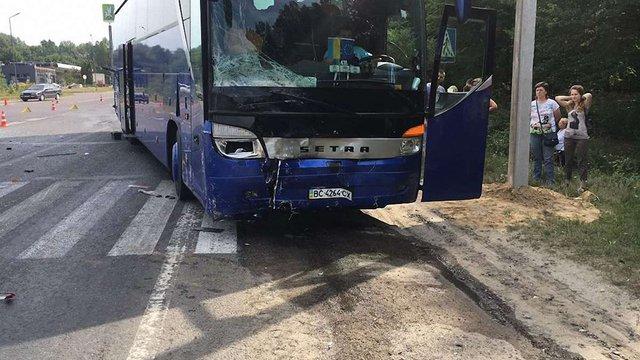 У Новояворівську туристичний автобус зіткнувся з легковиком