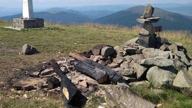 Невідомі вандали знищили 8-метровий поклінний хрест на горі Полонина Руна