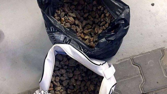 На Львівщині прикордонники затримали  чоловіка  з 9 кг бурштину