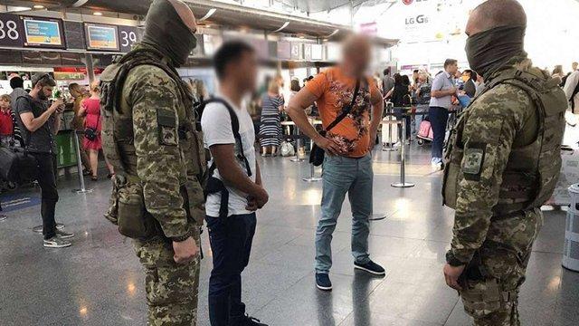 Китаєць намагався вивезти з України росіянку для роботи в індустрії інтимних послуг