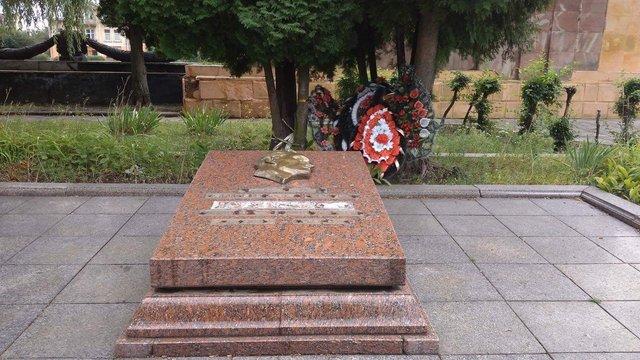 Невідомі вандали понищили надгробок на Пагорбі слави у Львові