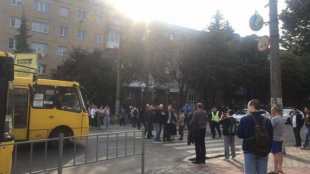 В Івано-Франківську працівники спиртзаводу перекрили вулицю