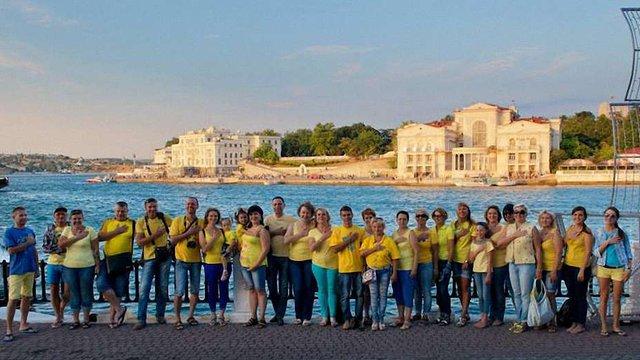 Facebook заблокував фото українців в синьо-жовтому одязі на набережній у Криму