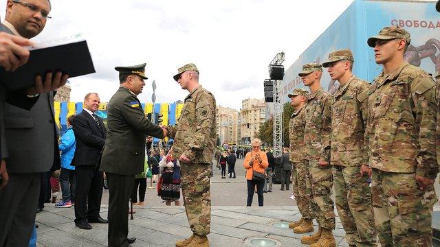 Міністр нагородив шістьох американців, які допомогли під час пожежі у Львові