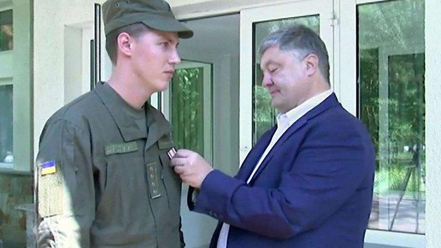 Порошенко нагородив гвардійця, який надав жінці невідкладну допомогу після вибуху під Кабміном
