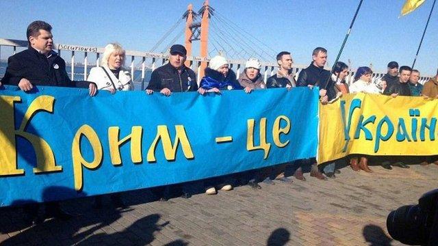 В окупованому Криму активісти представили газету українською та російською мовами