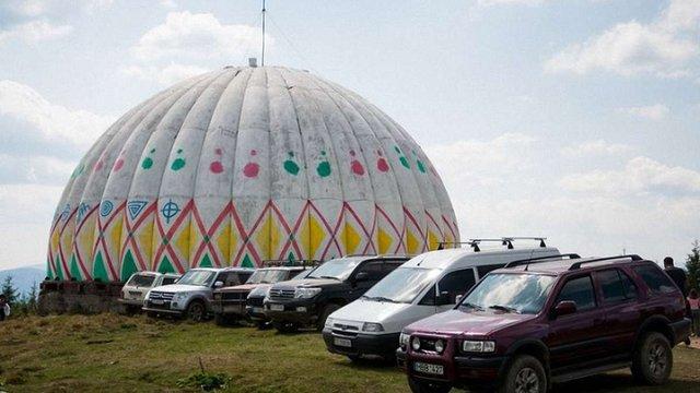 Радіолокаційний купол покинутої бази ППО в Карпатах розмалювали під гігантську писанку