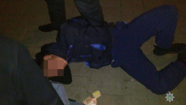 Вночі у Львові двоє чоловіків зі зброєю напали на перехожих