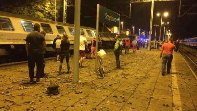 Унаслідок зіткнення вантажного та пасажирського поїздів у Польщі постраждало 28 людей