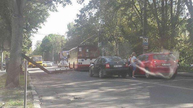 На вул. Зеленій у Львові електроопора впала на дорогу