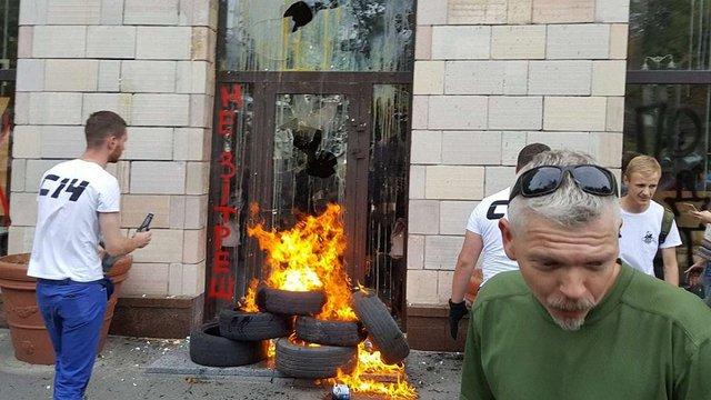 У Києві напали на магазин, з фасаду якого напередодні зникли графіті часів Євромайдану