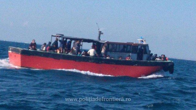 У Чорному морі затримали судно з 87 мігрантами