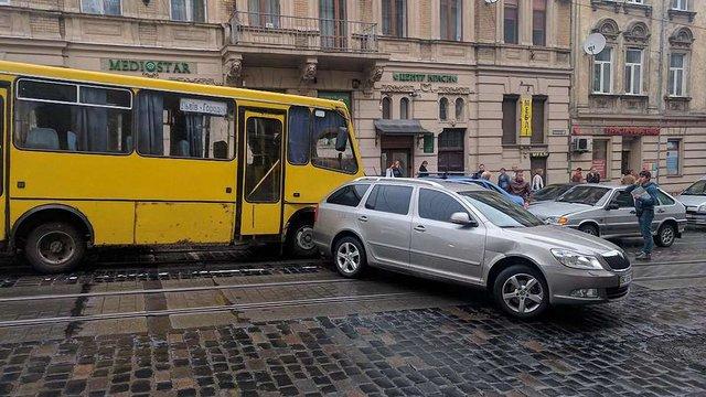 Маршрутка з Городка через відмову гальм розбила п'ять автомобілів у Львові
