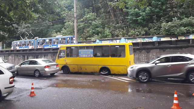У львівської маршрутки №45 під час руху відпало колесо
