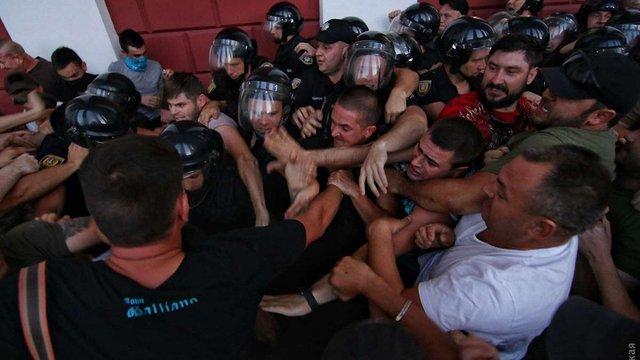В Одесі протестувальники побилися з муніципалами біля міської ради, поліція застосувала газ