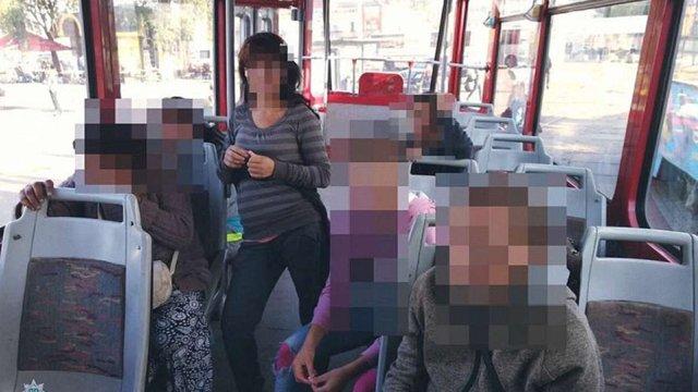 Патрульні затримали п'ятьох ромів, що вкрали гаманець біля залізничного вокзалу у Львові