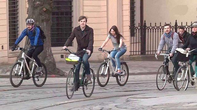 Львів'ян закликають на один день пересісти на велосипед
