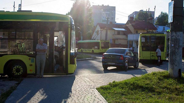 У Львові заборонили в'їзд автомобілів на тролейбусне кільце на вул. Грінченка
