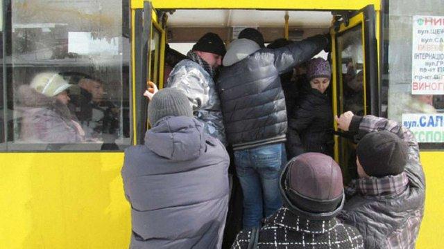 У Тернополі жінка випала з переповненого рейсового автобуса під час руху