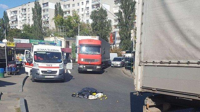 У Києві фура на смерть переїхала жінку