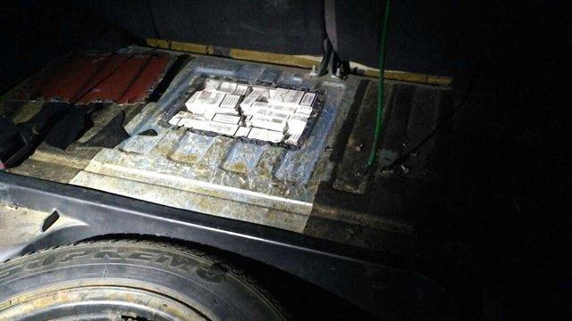 Майже 2 тис. пачок сигарет контрабандист сховав у паливному баку