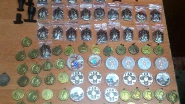 Українець намагався потайки вивезти до Криму радянські ордени і медалі