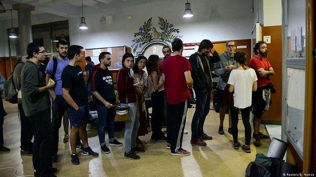 Каталонці почали збиратися на виборчих дільницях попри заборону іспанського уряду