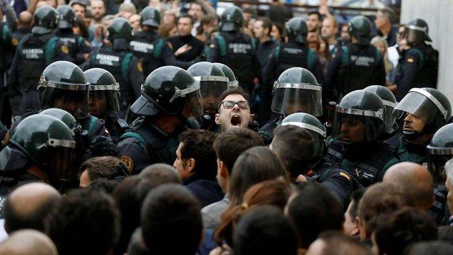 У Барселоні сталися перші сутички прихильників референдуму і поліції